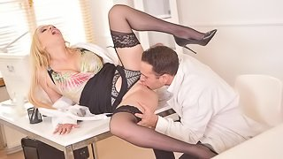 Gorgeous chick Amber Jayne penetrated by a massive dick