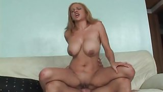 Thick cock satisfies the cunt of a hot mom