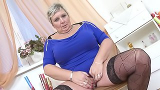 Chubby senorita takes the dildo in order to have a solo session