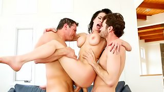 Wild fuck in dazzling threesome spectacle