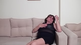 Granny displaying her seductive hot ass in BBW shoots