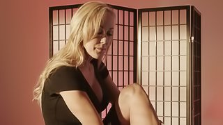 Cherie Deville wants to play with Brandi Love's tight spot