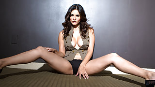 Sunny Leone in Hot Glam Photoshoot Video
