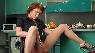 Redhead Amanda is showing her nude body in the kitchen
