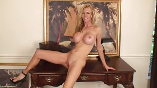 Fit milf bimbo babe with a great set of fake tits