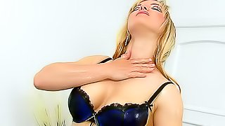 Solo hot chick covers body in goo