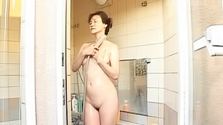 Incredibly Hot Japanese MILF Gives an Amazing Blowjob after Shower