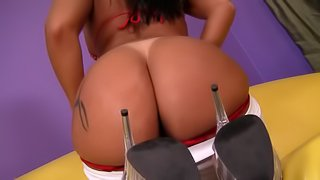 Tattooed brunette clad in a nice thong screams in satisfaction during a magical drilling