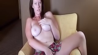 Curvaceous amateur cutie plays with her cunt in a hotel room