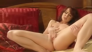 Natural chick gets off by rubbing her cunny in this solo performance