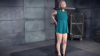 Gorgesou babe's face stretched during an amazing BDSM session