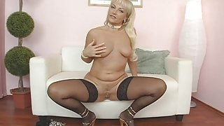 Classy mature chick invites you to see her pussy