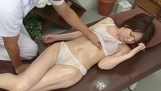 Hot Japanese woman attacked by a masseur for an erotic session