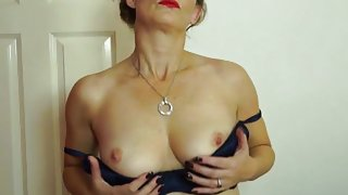 Pretty british mature woman playing with her wet poon